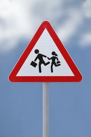 Schoolkinderen kruising bord met een zachte hemel achtergrond