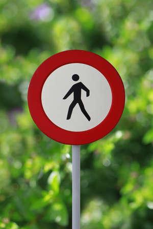 pedestrian sign: Nessun segno dei pedoni su uno sfondo fogliame Archivio Fotografico