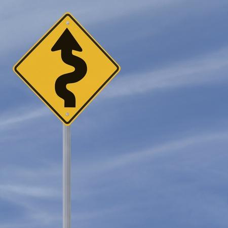 Bochtige weg vooruit te ondertekenen op een blauwe hemel achtergrond met kopie ruimte Stockfoto - 13411482