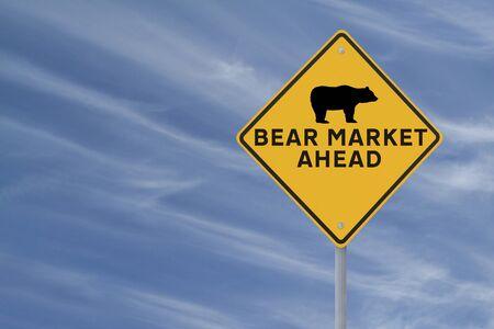 Een aangepast verkeersbord waarschuwing van een Bear Market Ahead op een blauwe hemel als achtergrond Stockfoto - 13764684