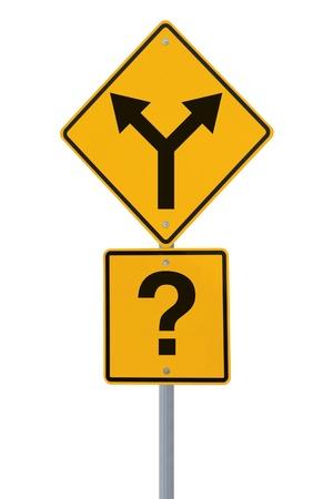 incertezza: Cartello stradale concettuale sulle scelte o prendere decisioni (isolati su bianco) Archivio Fotografico