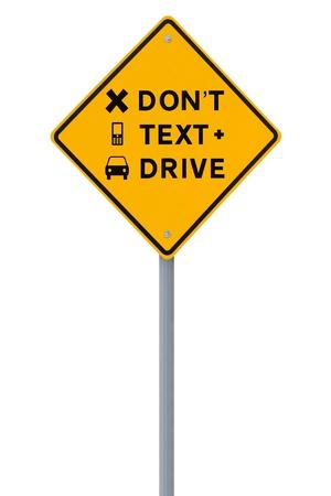 Gewijzigd verkeersbord benadrukken het gevaar van sms'en en het rijden op een witte Stockfoto - 13934758