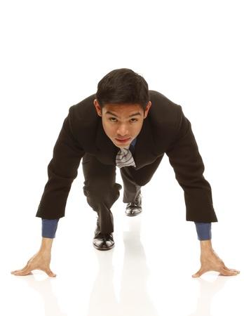 startpunt: Een jonge zakenman op de startlijn en klaar om te concurreren
