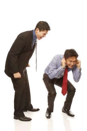 Een boze baas schreeuwen naar zijn medewerkers (op wit wordt geïsoleerd)