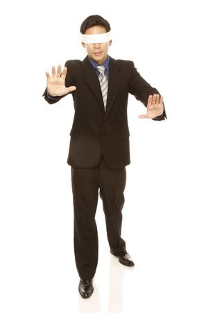 Een zakenman met een blinddoek lopen met geen richting (geïsoleerd op wit) Stockfoto - 14175816