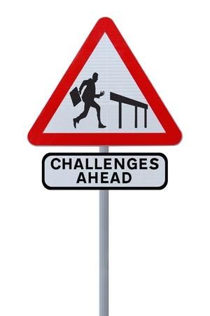 Verkeersbord met het silhouet van een zakenman over te springen over een hindernis (op wit) Stockfoto