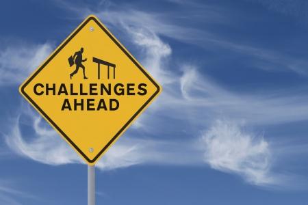 risks ahead: La se�al de tr�fico que muestra la silueta de un hombre de negocios a punto de saltar sobre una valla (en contra de un cielo de fondo con copia espacio)
