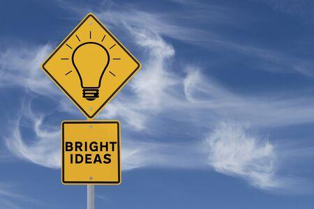 A Bright Ideas señal de tráfico (contra un fondo de cielo con copia espacio)