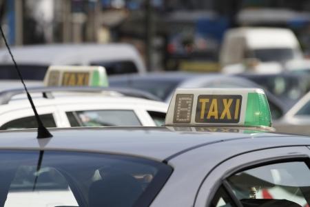 Taxi's in Madrid, Spanje (ondiepe scherptediepte) Stockfoto - 14768806