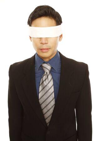 ojos vendados: Un hombre de negocios con los ojos vendados aislado en blanco