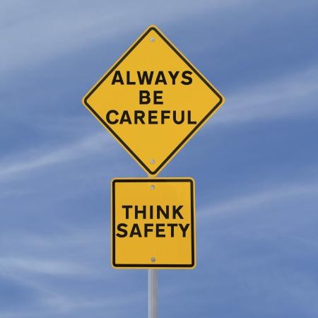 Verkeersbord nadruk op het belang van de veiligheid (tegen een blauwe hemel achtergrond) Stockfoto