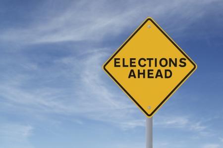 Verkeersbord de aankondiging van verkiezingen vooruit tegen een blauwe hemel achtergrond