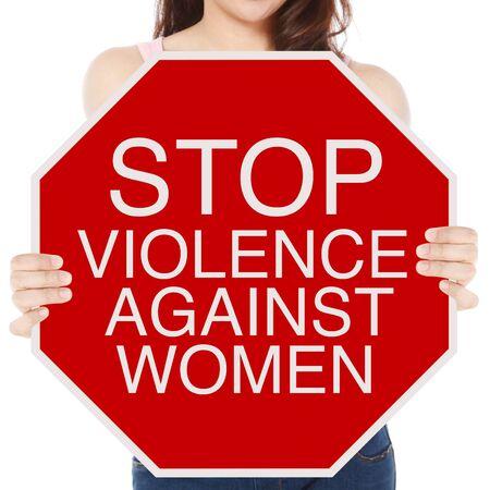 女性に対する暴力に関する概念的な一時停止の標識を保持している女性 写真素材