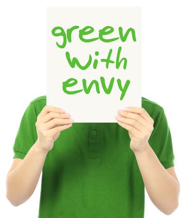 Een jonge man die een poster aangeeft groen van jaloezie