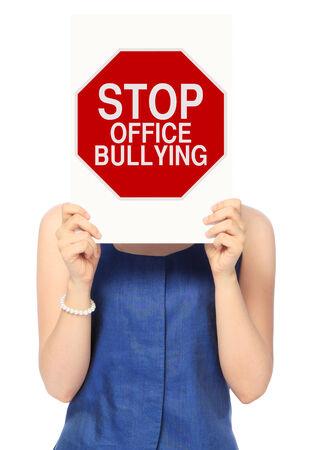 acoso laboral: Una mujer que sostiene una señal de stop modificacion el bullying oficina