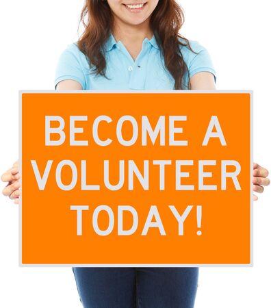 invitando: Una mujer con un cartel invitando a voluntarios Foto de archivo