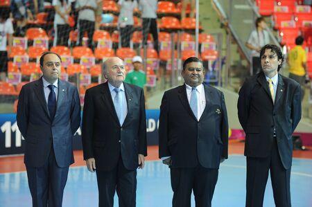president???s: BANGKOK, Thailandia - 18 novembre il presidente della FIFA Joseph S. Blatter in piedi per l'inno nazionale prima della FIFA posto Coppa del Mondo Futsal 3 tra Italia e Colombia Indoor Stadium Huamark il 18 novembre 2012 a Bangkok, Thailandia