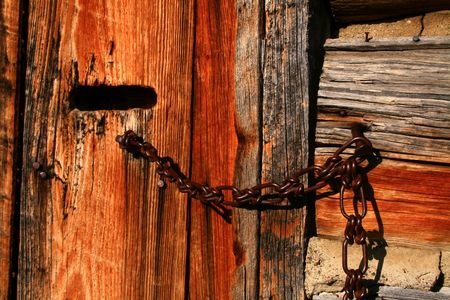 Chain used as latch on rustic barn Imagens