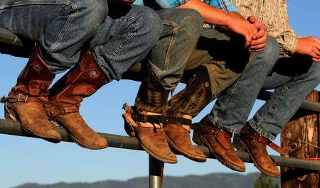 botas vaqueras: Bueno botas desgastadas adornan Wranglers en el rodeo en peque�as ferias del condado, Idaho Foto de archivo