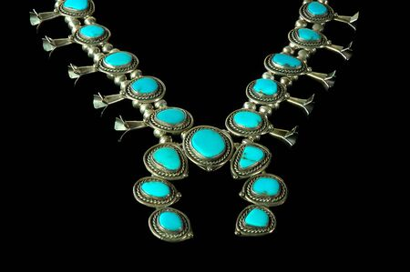 turquesa: Este squash bloosom collar es representante de indio navajo herencia joyas del suroeste.