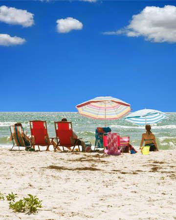 日当たりの良いフロリダ州全室穏やかな波と明るい青空のビーチでの一日 写真素材