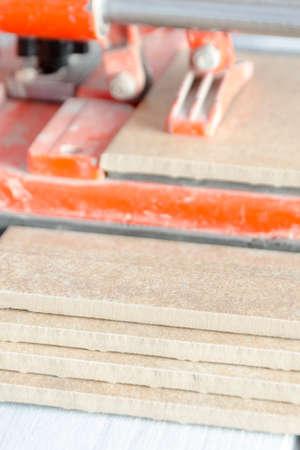 tile cutter: ceramic tile cutting process using a manual cutter