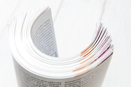 Vista laterale di una pila di riviste con carta lucida