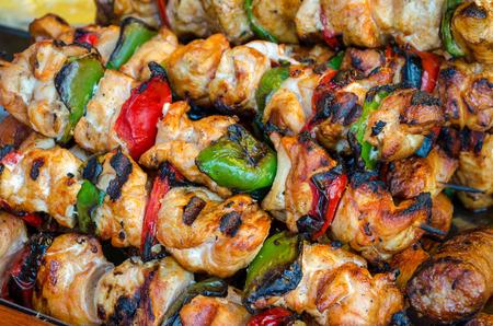 quincho: Pinchos en el palillo de madera con carne y verduras de cerdo mezcla sabrosa