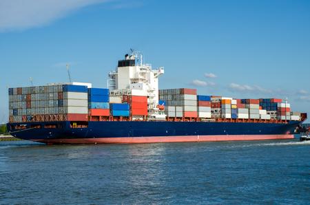 Barco de contenedores en el puerto de Rotterdam, Holanda
