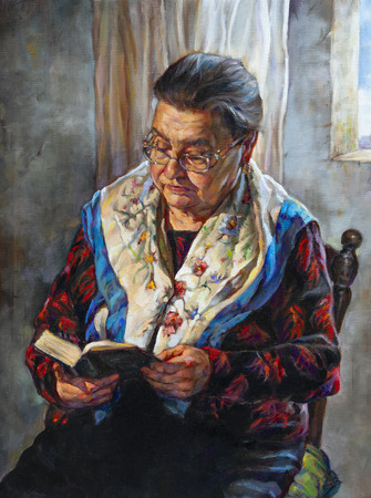 retrato de la abuela hojeando su libro Foto de archivo