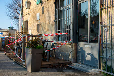 french terrace cafe closed and taped off to stop people sitting on the terrace because of coronavirus shutdown, covid 19. Banque d'images