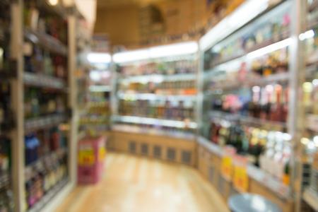 スーパー マーケットのぼやけて観は、広いパースペクティブ ビュー棚各種スナック、多重ぼやけて背景のボケ味のスーパー ライト。ビジネス コン