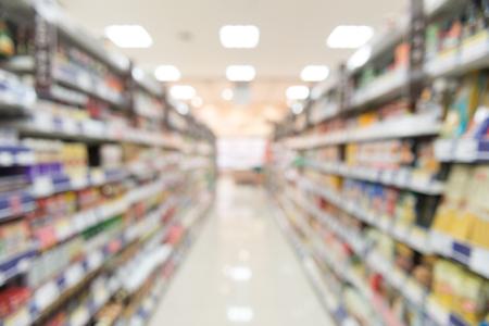 Undeutliche Ansicht des Supermarktes, breite Perspektivenansicht regiert Vielzahl von Snäcken, defocused undeutliches Hintergrund bokeh Licht im Supermarkt. Geschäftskonzept.