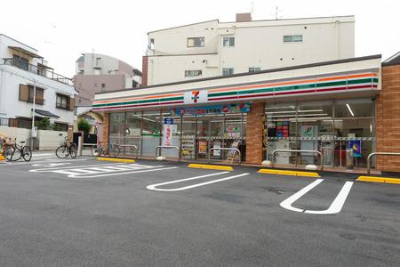 Osaka, Japan - CIRCA Juni 2018: 7-Eleven Store in Osaka, Japan. 7-Eleven ist eine internationale Kette von Convenience-Stores. Editorial
