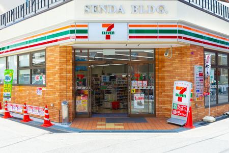 Osaka, Japan - CIRCA Juni 2018: 7-Eleven Store in Osaka, Japan. 7-Eleven ist eine internationale Kette von Convenience-Stores.