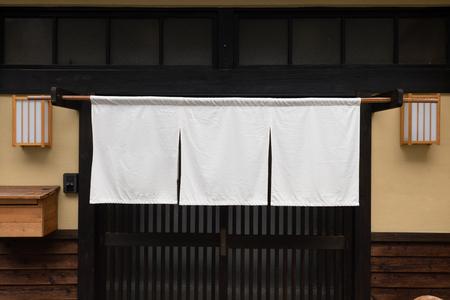 Le tissu en forme de rideau qui pend devant les restaurants et les magasins japonais traditionnels sert non seulement d'enseigne, mais a une signification plus large, Banque d'images