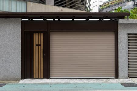 Un primo piano della porta a rulli automatica in metallo utilizzata in fabbrica, deposito, garage e magazzino industriale.