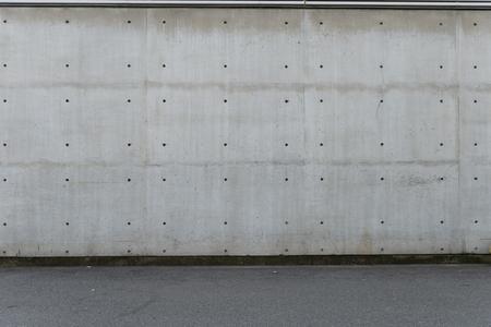 Straßenwandhintergrund, industrieller Hintergrund, leere städtische Straße des Schmutzes mit Lagerbacksteinmauer Standard-Bild
