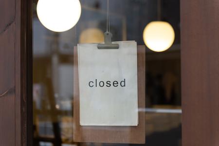El cartel de cerrado en una tienda