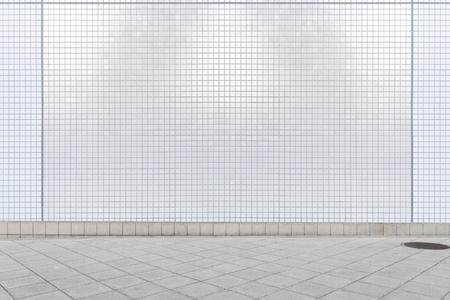 fondo del muro di strada, fondo industriale, via urbana vuota di lerciume con il muro di mattoni del magazzino