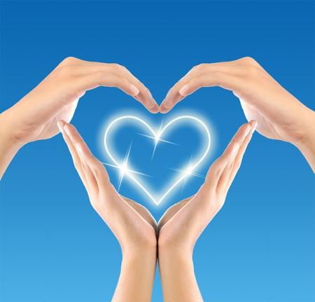 donna innamorata: creare una forma di amore forma da mani