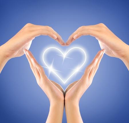 Erstellen Sie eine Form der Liebe profilstahl durch Hände