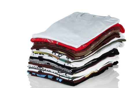 Reihe von bunten Baumwoll T-shirts über white background
