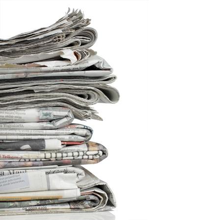 newspapers: schot van stapel krant op witte achtergrond