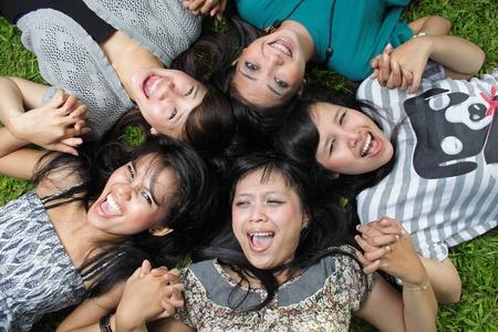 Freundinnen zusammen lying on Grass and smiling