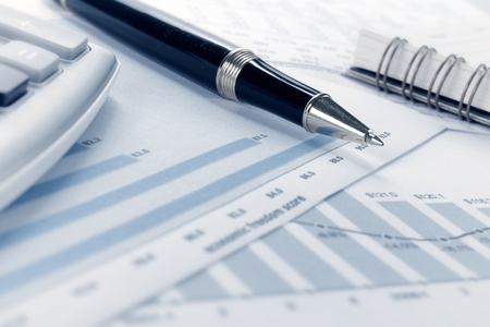 Betriebswirtschaftlicher Hintergrund, Finanzdaten Konzept mit Stift Standard-Bild - 9204088