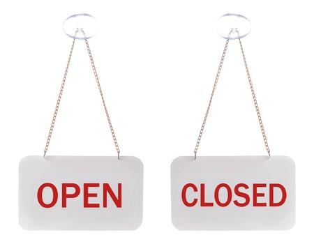 cerrar la puerta: signos abiertos y cerrados, aislados en blanco