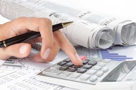 Frau Hände und ein Rechner mit einem Stift. Zeitung auf Hintergrund Standard-Bild - 9474977