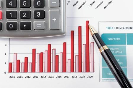 show bill: Diagrama de pluma que muestra el informe financiero del a�o Foto de archivo