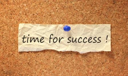 Zeit für Zeichen auf Erfolg corkboard mit Reißzwecke befestigt Standard-Bild - 9848816